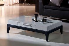 Moderna mesa de centro de estilo lineal en gris y negro.