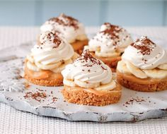 Mary Berry Essen Special: Mini Banoffee Pies The post Mary Berry Essen Special: Mini Banoffee Pies appeared first on CLASS Dessert. British Desserts, Famous Desserts, Köstliche Desserts, Delicious Desserts, Dessert Recipes, Party Recipes, Bbc Recipes, Dessert Blog, Dessert Party