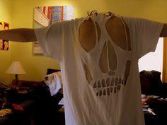 Primeiro foi a foto desta campanha: Depois esta de 'faça você mesma': Hum… estou bem inspirada a fazer uma para mim. Alguém tem alguma boa ideia de como posso recortar esta caveira nas costas da camiseta?