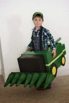 John Deere Combine Halloween Costume: made out of a box and super cute! Boxing Halloween Costume, Homemade Halloween Costumes, Family Halloween Costumes, Halloween 2019, Holidays Halloween, Halloween Costumes For Kids, Fall Halloween, Halloween Party, Zombie Costumes