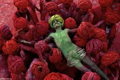 Holi, a festival that welcomes spring, is celebrated with public spraying of colorful powders. Rajasthan, India, Steve McCurry/Courtesy of Phaidon Holi Festival India, Smartphone Fotografie, Vivre A New York, Tomie Ohtake, World Press Photo, Etnia Barcelona, Afghan Girl, Photo Composition, Photography Composition