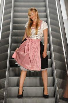 Unser Fotograf hat viel Spaß gehabt mit der stillgelegten Rolltreppe..... die Blicke der Mitarbeiter der Stadtwerke hättet Ihr sehen sollen als wir mit der kompletten Shootingausrüstung da vor der Rolltreppe standen....