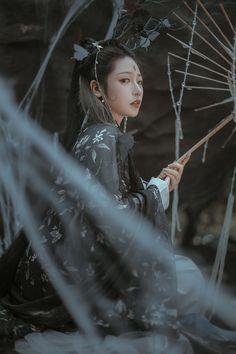 作茧 Geisha, Chinese Ornament, Fantasy Book Covers, Portrait Poses, Portraits, Figure Poses, Fanart, China Girl, Drawing Reference Poses