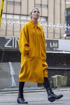 Fashion Tv, Look Fashion, High Fashion, Dance Fashion, Kim Bodnia, Eve Costume, Khaki Coat, Jodie Comer, Printed Blazer