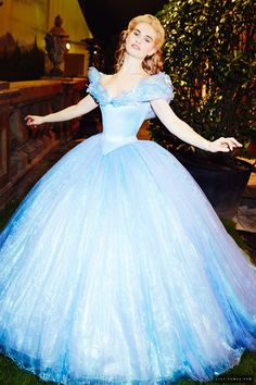 I love that pic of Lily James as Cinderella. She looks so natural ♡