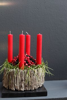 Red Candles, Pillar Candles, Theme Noel, Pine Cones, Flower Arrangements, Diy And Crafts, Merry Christmas, Candle Holders, Christmas Decorations