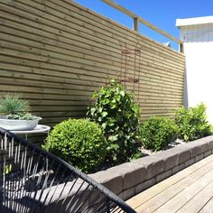Då var det nya staketet på plats. Imorgon sätter vi upp alla nya spotlights på in och utsida. Tror jag ska handla mig 2 vita Högsten fåtöljer från IKEA också. Vi har nämligen skapat oss en ny hörna med kvällssol då vi flyttat grindens plats i ombyggnationen. Och där blir 2 st sådana perfekt tror jag, #nofilter #mygarden