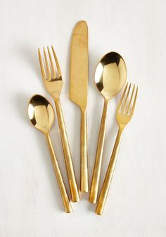 Fancy a deluxe dining experience? With this golden set of five silverware essentials at your fingertips, each bite will be brilliant! Round handles with a buffed finish contrast with the shiny fork prongs, spoon bowls, and serrated blade in this collection, adding lavish dimension to your feast.