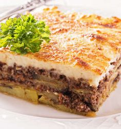 Moussaka recipe (Traditional Greek Moussaka with Eggplants) Imagine layers of juicy minced beef, sweet eggplants, and creamy béchamel sauce baked to perfection! This is greek Moussaka! Re-discover this truly authentic dish here. Traditional Greek Moussaka Recipe, Moussaka Recipe Greek, Moussaka Recipe Potato, Greek Dishes, Mediterranean Recipes, Mediterranean Style, Greek Recipes, Foodies, Food And Drink