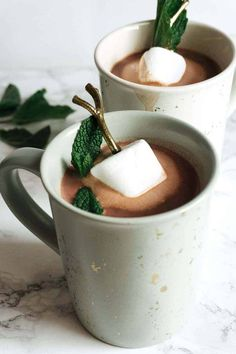 This boozy mint hot chocolate recipe is the perfect nightcap on a cold evening. … This boozy mint hot chocolate recipe is the perfect nightcap on a cold evening. Warm yourself up with a mug of this sweet chocolate goodness today! Easy Drink Recipes, Best Cocktail Recipes, Smoothie Recipes, Healthy Smoothies, Healthy Food, Fun Cocktails, Fun Drinks, Yummy Drinks, Beverages