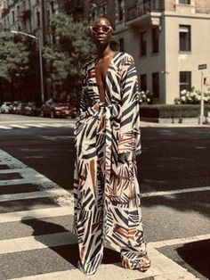 Kimono style dress: who suits and what to wear. Modern models of kimono dress, traditional Japanese kimono dress. Look Kimono, Kimono Dress, Fashion Beauty, Womens Fashion, Fashion Tips, Bold Fashion, Black Women Fashion, Vogue Fashion, High Fashion Style