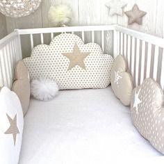 Tour de lit bébé en 70cm large, nuages, 5 coussins, ton beige et blanc