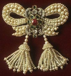 An antique broche made of pearls ❤