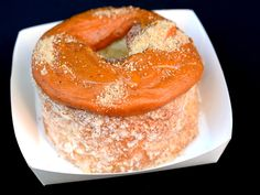 The Dough'Ssant: baked laminated dough, vanilla pastry cream, and a thick ring of flavored glaze to top it all off. New York Desserts, Cronut, Serious Eats, Foods To Eat, Grubs, Croissant, Guilty Pleasure, Bagel, Doughnut