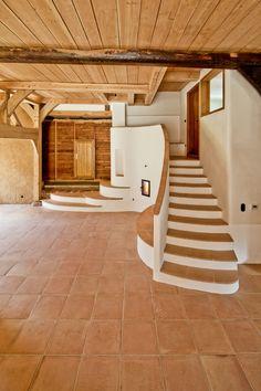 Estas escaleras dan calidez a tu espacio. Un acabado increible! #upstairs #terracotta #interiordesign #tiles
