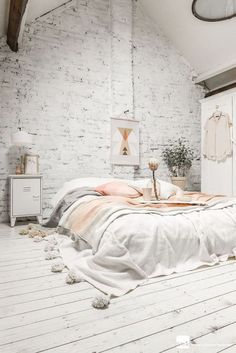 Awesome 48 Cute and Cozy Shabby Chic Bedroom Decoration Ideas. More at https://trendhomy.com/2017/12/29/48-cute-cozy-shabby-chic-bedroom-decoration-ideas/