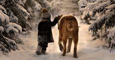 """16.ju.2014 - Vanya, 3, é muito amigo dos animais de estimação da casa de campo da família, localizada na zona rural entre Moscou e São Petersburgo, na Rússia. Ele e o irmão Yaroslav, 6, compartilham momentos de amizade e descobertas com esses """"amiguinhos"""" (Por Mirthyani Bezerra, do UOL, em São Paulo)"""