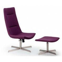 Heerlijk achterover zitten met de voeten op het bankje.deze paarse opvallende stoel met bijbehorende hocker hoort thuis in een moderne woonkamer.