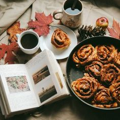 Cinnamon rolls with apples and caramel - the best breakfast on a cold windy morning! Cinnamon rolls with apples and caramel - the best breakfast on a cold windy morning! Caesar Salat, Apple Cinnamon Rolls, Cinnamon Spice, Café Chocolate, Autumn Cozy, Autumn Fall, Late Autumn, Autumn Feeling, Hello Autumn