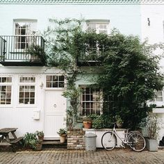 London has beautiful mews streets, including St Luke's Mews in Notting Hill. Photo by siobhaise on Instagram.