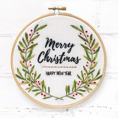 Merry Christmas Hand Embroidery Hoop – broderie à la main Hand Embroidery Patterns Free, Hand Embroidery Projects, Christmas Embroidery Patterns, Hand Embroidery Tutorial, Hand Embroidery Stitches, Diy Embroidery, Embroidery Sampler, Hand Stitching, Beginner Embroidery