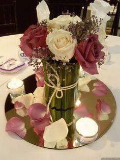 Centro de mesa sencillo pero elegante con espejo ¡Mira más centros de mesa aquí! Bodas.com.mx D'Flor #wedding #centerpiece #centrodemesa #bodascommx #bodas #bodamexicana