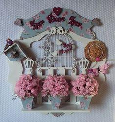 """Receba familiares e amigos com esta Linda Guirlanda de Porta! Ou melhor, pendure pela casa toda, escolha diferentes temas ... frase ...cores <br> <br>Também pode ser uma Belíssima Sugestão de Presente como! <br>Aniversario ... Amigo ... Casamento ou Ocasião Especial <br> <br> <br>"""" Orçamentos ou duvidas estamos a disposição """" Wood Flower Box, Flower Boxes, Wood Crafts, Diy And Crafts, Paper Crafts, Decoupage, String Art, Dollhouse Miniatures, Christmas Ornaments"""