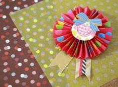 かわいい折り紙ロゼットを100均の材料で簡単手作り! 結婚式や誕生日パーティーでの名札や席札、メダルや勲章として大人気のロゼット。折り紙なら簡単ですぐにできます!100均の華やかな折り紙を使って親子で手作りしませんか?誕生日やプレゼントのラッピングなど活躍シーンは多様。作り方やアレンジの仕方まで解説します。