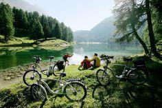 In #Oostenrijk kun je prachtige #fietstochten maken door de #natuur. Met een handige e-bike houd je, nadat je de berg op bent gefietst, genoeg energie over om van het #uitzicht te genieten! #groen #elektrisch #elektrische #fiets #meer #water #bos #bergen #reizen #fietsen #fietstocht #travelbird