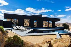 Conçue par le célèbre directeur créatifMarc Atlanen collaboration avec le studio d'architectureOller & Pejic, la résidenceBlack Desert Houseest située au sud-est de la Californie, au coeur du magnifique Parc National Joshua Tree.Au départ, il semblait impossible d'intégrer une résidence de cette envergure aupaysage si emblématique qu'est