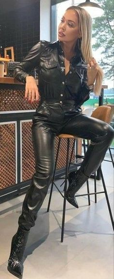Leather Pants Outfit, Leather Trousers, Leather Leggings, Leather Skirt, Cuerpo Sexy, Red Raincoat, Leder Outfits, Elegantes Outfit, Black Faux Leather