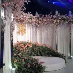 Reception Stage Decor, Wedding Reception Backdrop, Wedding Stage Decorations, Wedding Mandap, Flower Decorations, Wedding Ceremonies, Weeding Themes, Floral Wedding, Wedding Flowers