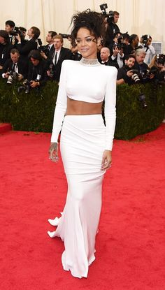 2014 Met Gala: Rihanna wore a Stella McCartney ensemble that consisted of a white long sleeve backless crop top with a high neckline and the matching white long skirt. I adore Rihanna's red carpet. Estilo Rihanna, Mode Rihanna, Rihanna Fenty, Rihanna Style 2014, Rihanna 2014, White Fashion, Look Fashion, Womens Fashion, Robes D'oscar