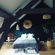 Chambre design sous les combles, poutres noires