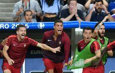 L'attaquant portugais Cristiano Ronaldo (c) exulte depuis le banc à l'issue de la finale de l'Euro, le 10 juillet 2016 au Stade de France