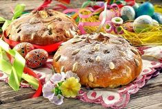 Czech Easter bread with painted eggs - traditional Czech Recipes, Easter Traditions, Healthy Diet Recipes, Easter Dinner, Happy Easter, Napkins, Eggs, Treats, Traditional