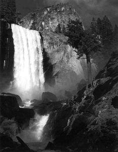 Fotografie  1921 1967 - Collezione privata Fam. Manfrotto, Vernal Fall, Yosemite Valley, California, 1948, � Ansel Adams, Fonte: fotochepassione.com . libreriamo.it