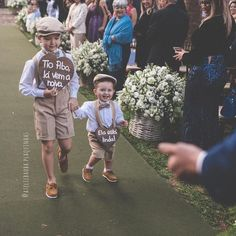 "Aquele momento mais fofo do casamento: A entrada dos pajens e daminhas. Dá uma olhada nessas inspirações mais ""Iti Malia"". Wedding Stage, Wedding With Kids, Dream Wedding, Baby Boy Baptism Outfit, Pallet Wedding, Page Boy, Team Bride, Groom And Groomsmen, Wedding Attire"