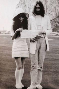 O beatle John Lennon e sua esposa Yoko Ono ostentando sua certidão de casamento após a cerimônia no cartório, em Gibraltar , em 1969. Yoko preferiu tênis e meias longas às botas, que eram os acompanhantes mais cotados para as minissaias da década de 60.