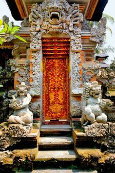 One of the many Hindu temples in Ubud, Bali, Indonesia 748 76 Ubud Bali, Bali Lombok, Ubud Indonesia, Cool Doors, Unique Doors, Hindu Temple, Place Of Worship, Door Knockers, Doorway