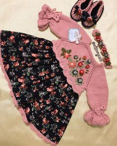 This pin was discovered by Ley - Kindermode Baby Girl Dress Patterns, Baby Girl Dresses, Baby Dress, Baby Girl Newborn, Baby Boy, Diy Bebe, Kids Lehenga, Crochet Baby Booties, Baby Knitting Patterns