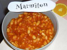 HARICOTS BLANCS A L ITALIENNE 2boîte d'haricots blancs, la même quantité de tomates pelées,  8 gousses d'ail, piment, 5cas huile olive  Faire chauffer l'huile dans une grande poêle, et y faire frire l'ail et les piments. Ajouter la tomate. Cuire à feu doux 15 mn(remuer). (fac : ajouter 1cac sucre) Ajouter ensuite le contenu entier de la boîte de haricots (liquide compris). Et laisser réduire, à feu moyen pendant 10 mn.   Il se mange généralement avec beaucoup de pain (pour saucer),