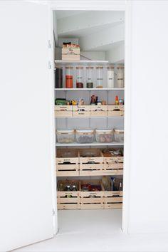 In dit artikel ga ik jullie stap voor stap uitleggen hoe ook jij thuis op een makkelijke en redelijk voordelige manier deze voorraadkast kunt realiseren. Kitchen Organization Pantry, Home Organisation, The Home Edit, Stair Storage, Tidy Up, Home Decor Inspiration, Bathroom Medicine Cabinet, Sweet Home, Interior