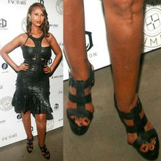 Celebrities are just people, and they suffer from bunions too. We present 40 ultra-famous women, all of whom unfortunately suffer from bunions. Fashion Fail, Fashion Advice, Fashion Models, Celebrity Shoes, Celebrity Style, Celebrity Gowns, Chrissy Teigen Model, Bunion Surgery, Knee Surgery