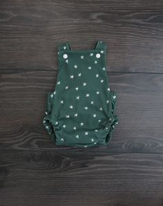 Christmas romper / Unisex Christmas romper / First Christmas / Vintage Christmas outfit / Christmas baby clothes / Christmas baby outfit Christmas Baby, Vintage Christmas, Baby Girl Dresses, Girl Outfits, Brindille, Baby Girl Photos, Baby In Pumpkin, Summer Romper, Organic Baby Clothes