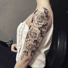 Fechamento de braço com flores em preto e cinza. Bull Tattoos, Hot Tattoos, Flower Tattoos, Body Art Tattoos, Tatoos, Arm Tattoo, Sleeve Tattoos, Hot Tattoo Girls, Geniale Tattoos