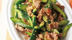堀江 ひろ子さんのきゅうり,豚薄切り肉を使った「きゅうりと豚肉の香り炒め」のレシピページです。肉に下味をつけて、短時間で炒めればでき上がり。きゅうりは火を通すとたくさん食べられます。 材料: きゅうり、豚薄切り肉、にんにく、紹興酒、白ごま、塩、酒、しょうゆ、かたくり粉、サラダ油、ごま油