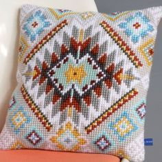 This Pin was discovered by Han Cross Stitching, Cross Stitch Embroidery, Embroidery Patterns, Hand Embroidery, Crochet Cushions, Tapestry Crochet, Cross Stitch Designs, Cross Stitch Patterns, Tapete Floral