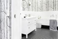 Fototapeta do łazienki lub tapeta musi być przede wszystkim odporna na wilgoć. Powinniśmy zadbać też o to, aby dekoracja ściany wpisywała się w styl łazienki. Podpowiadamy także, jakie parametry muszą spełniać wasze zdjęcia, by były idealnie wydrukowane do łazienki z fototapetą.