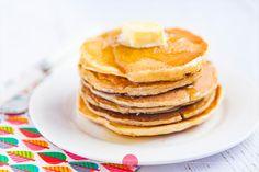 Naleśniki amerykańskie - przepis wideo krok po kroku. Szybkie i łatwe, grube naleśniki amerykańskie na maślance, puszyste, z masłem i syropem klonowym.